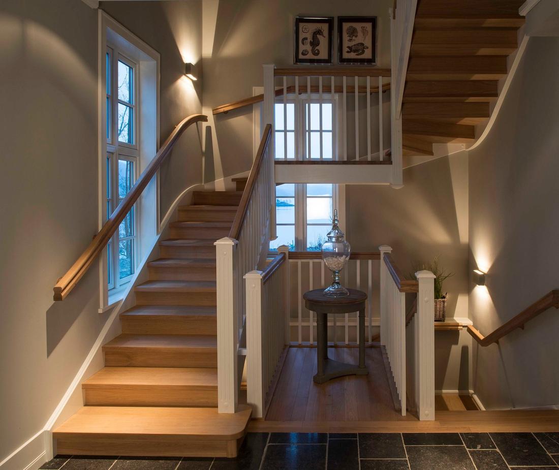 Šviesus mediniai laiptai