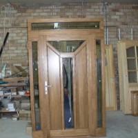 Rudos medinės durys su stiklo akcentu