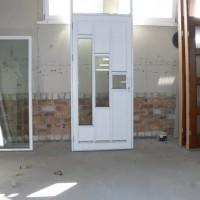 Baltos durys su stiklo akcentu