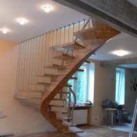 Rudi mediniai laiptai su apsaugine sienele iš vamzdžiu