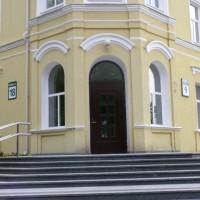 Rudos durys su užapvalintu viršum
