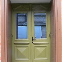 Dviejų dalių rudos durys
