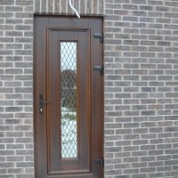 Rudos durys su veidrodiniu langu