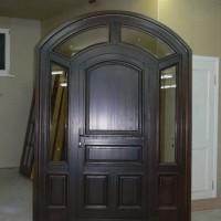 Tamsiai rudos medinės durys