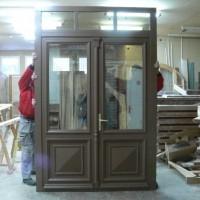 Rudos dviejų dalių durys su stiklu