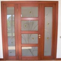 Rudos durys su matiniu stiklu gamtos motyvais