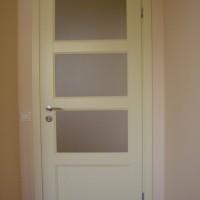 Baltos vidaus durys su stiklu