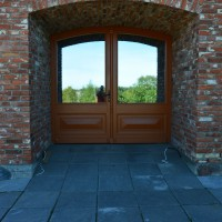 Rudos dviejų dalių plačios durys su veidrodiniu stiklu