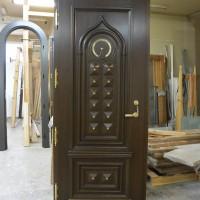 Unikalios rudos durys su aukso spalvos detaliu akcentu