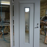 Baltos durys su langeliu