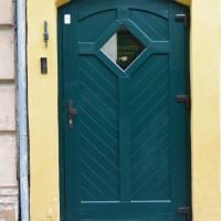 Medinės durys su langeliu