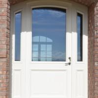 Plačios medinės baltos durys