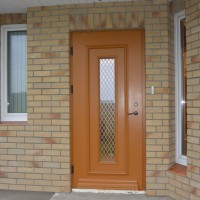 Rudos durys su langu viduryje