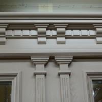 Dviejų dalių baltos durys su unikalia apdaila