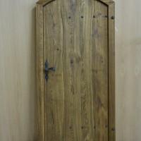 Medinės durys suapvalintu viršum