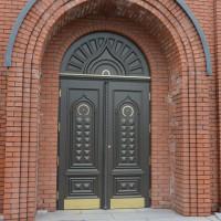 Dviejų dalių tamsiai rudos durys su ornamentais bei auksinių detalių akcentu