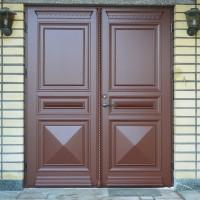 Dviejų dalių tamsiai rudos durys