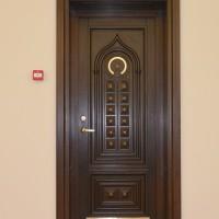 Tamsiai rudos durys su ornamentais bei auksinių detalių akcentu