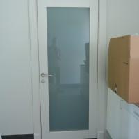 Baltos durys su stiklu