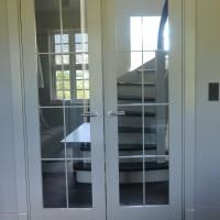 Dviejų dalių baltos durys su stiklu