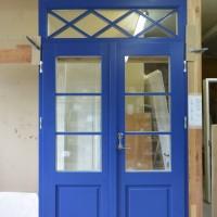 Dviejų dalių mėlynos durys su stiklo akcentu