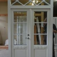 Dviejų dalių baltos durys su stiklo akcentu