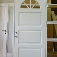 Baltos lauko durys