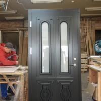 Juodos durys su stiklu