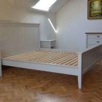Baltos lovos komplektas su naktiniais staliukais ir komoda