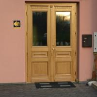 Rudos dviejų daliu durys su stiklu