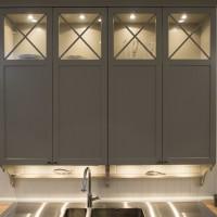 Pilka virtuvine spintele su integruotu apšvietimu