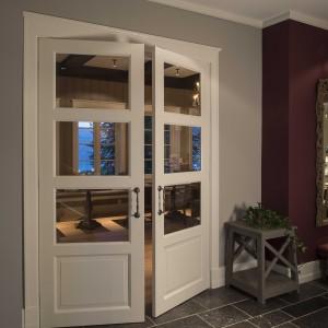 Baltos dviejų dalių durys su stiklu