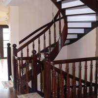 Riesti rudi mediniai laiptai