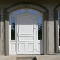 Didelės baltos durys su aplink papuoštu stiklu