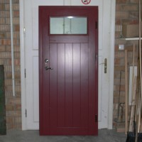 Tamsiai raudonos lauko durys