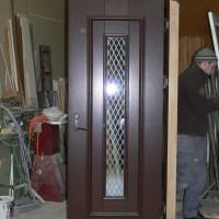 Tamsiai rudos medinės durys su stiklu