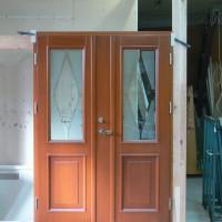 Dviejų daliu rudos durys su stiklais
