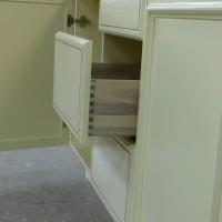 Baltos virtuvines spinteles stalčius