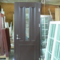 Tamsiai rudos lauko durys su stiklu