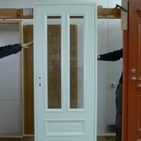 Baltos durys su dviejų daliu stiklu