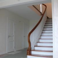 Balti laiptai su rudu paviršium