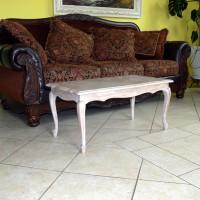 Baltas kavos staliukas