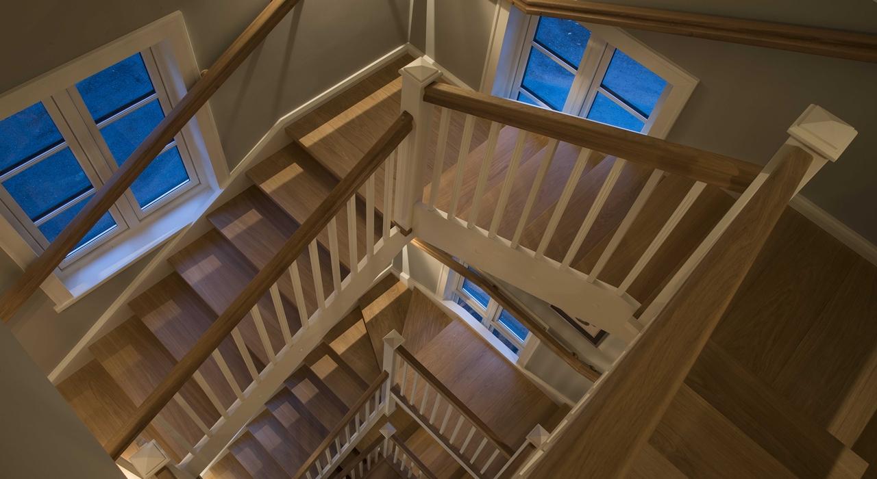 Dideli mediniai laiptai